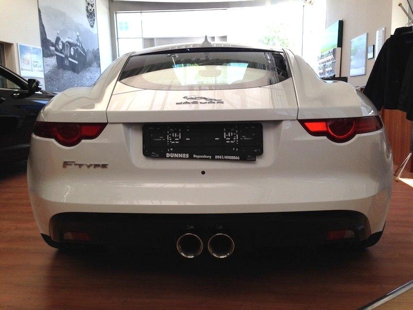 F Type Coupe weiss von hinten