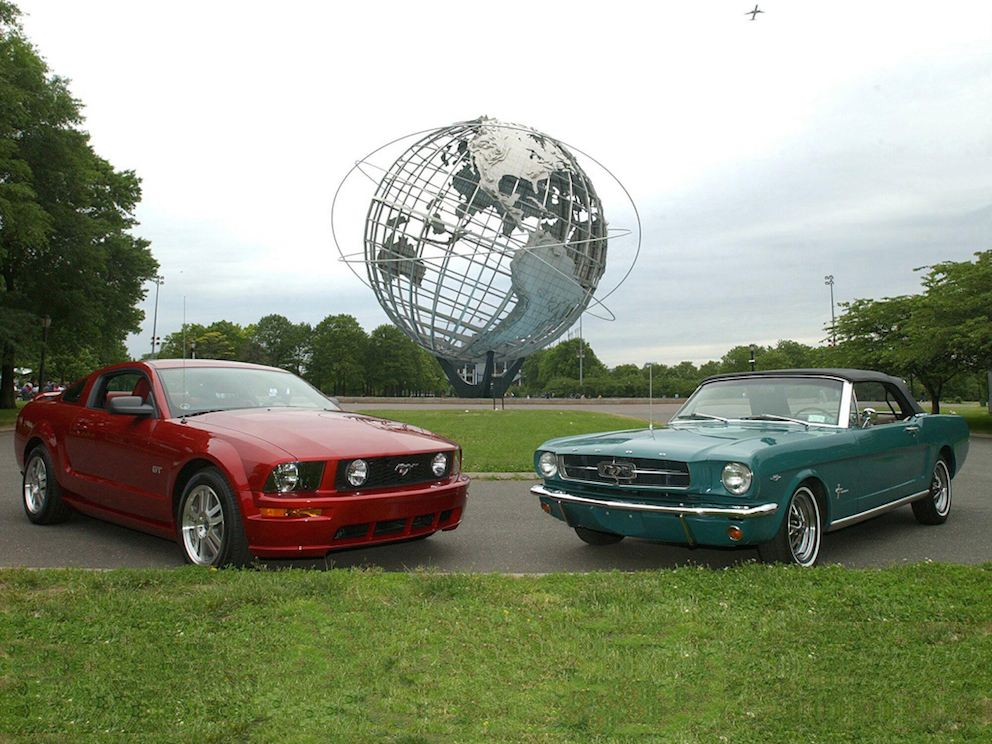 Ford Mustang 1964 und Ford Mustang 2005