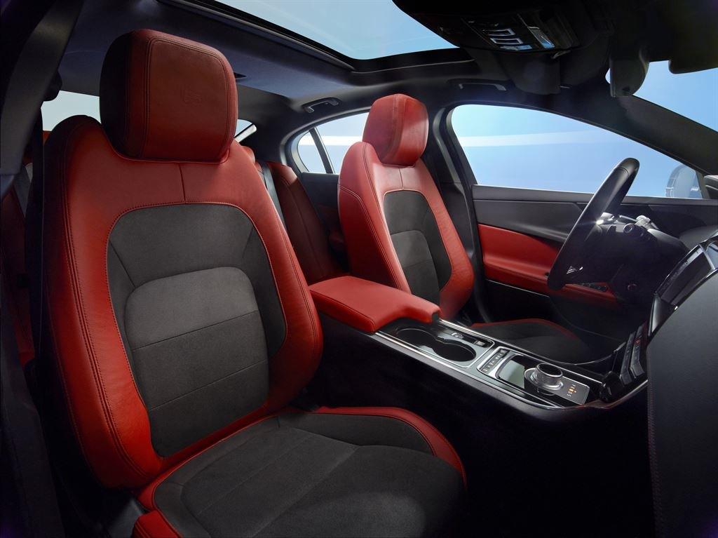 Jaguar XE Sitze rot vorne