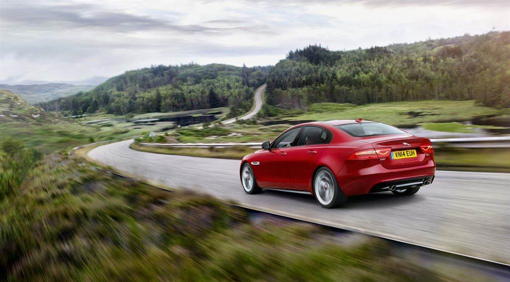Jaguar XE hinten rot fahrend