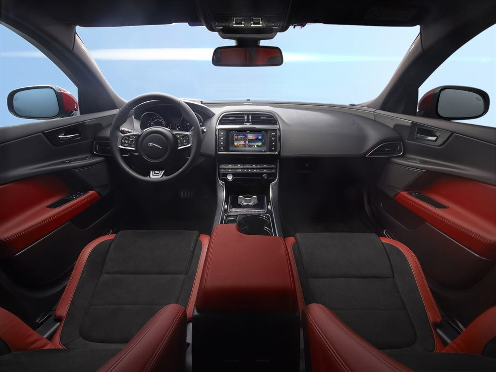 Jaguar XE innen rot Lenkrad