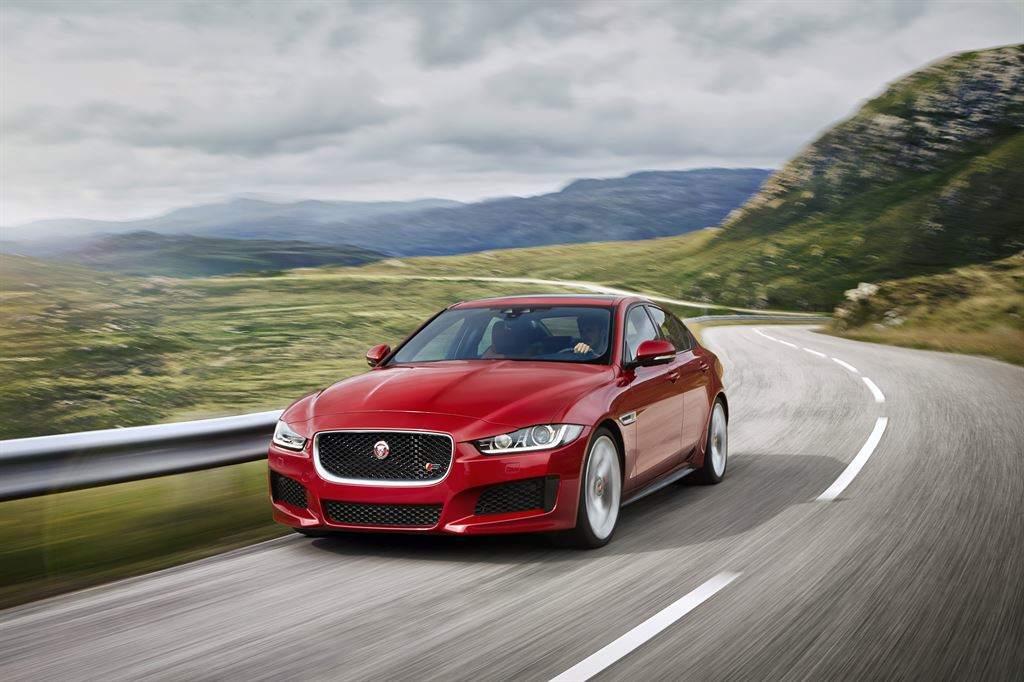 Jaguar XE vorne fahrend rot