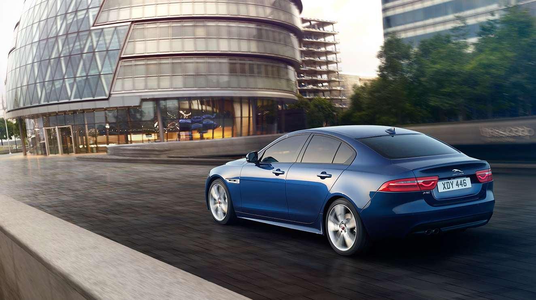 Jaguar XE blau hinten