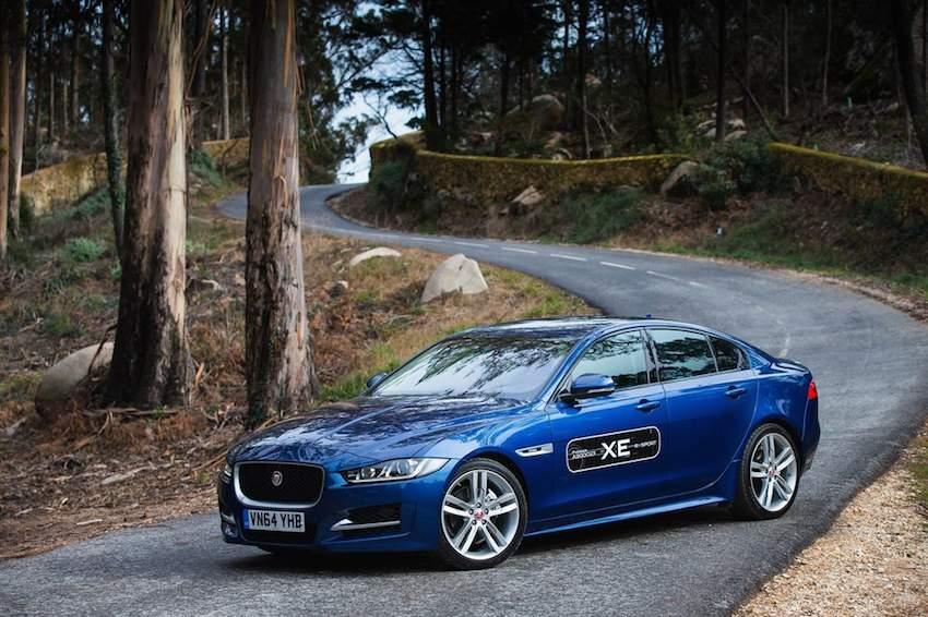 Der neue Jaguar XE in blau von der Seite