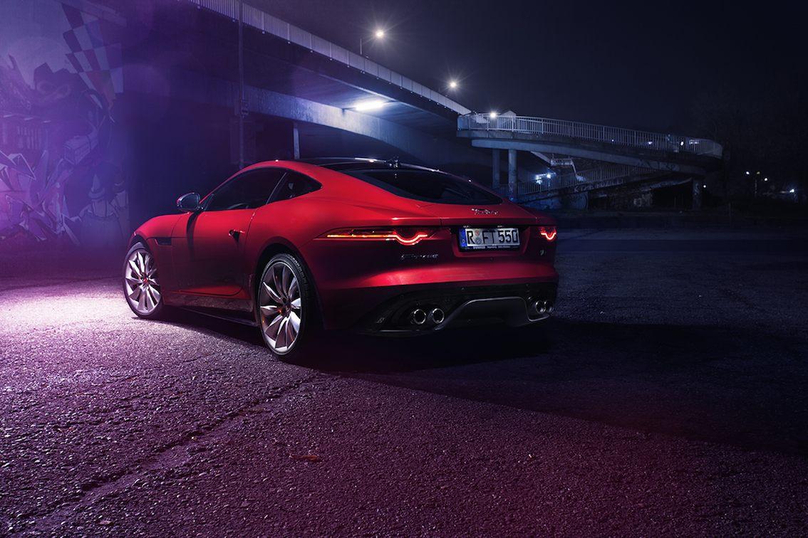 Jaguar F Type R Rot von hinten