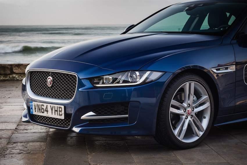 neuer Jaguar XE in blau