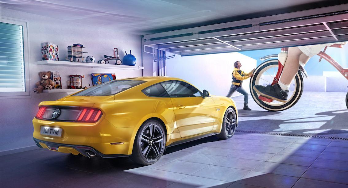 Ford Mustang 2015 gelb von hinten in Garage