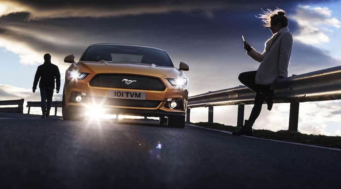 Ford Mustang gelb vorne mit Frau
