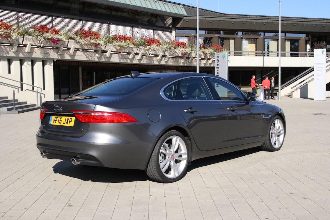 Jaguar XF 2016 grau hinten a