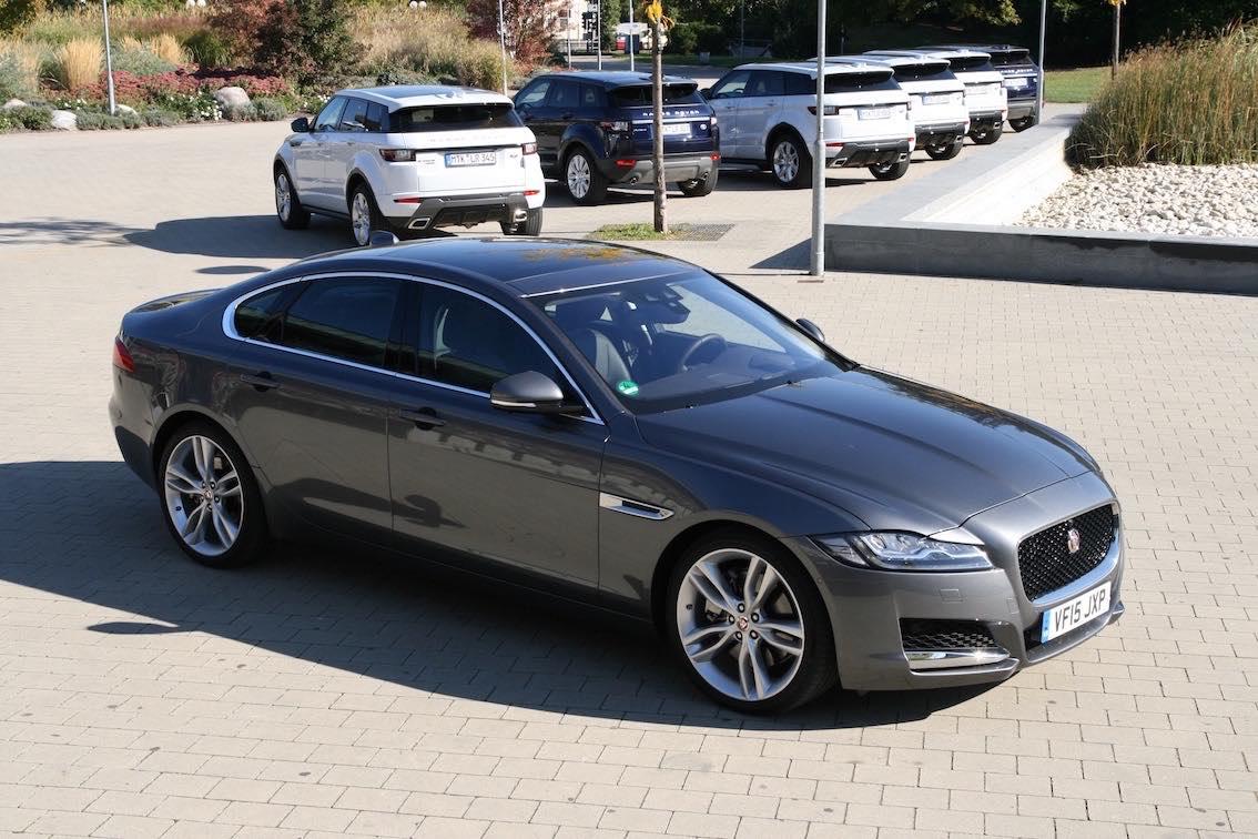 Jaguar XF 2016 grau seitlich rechts