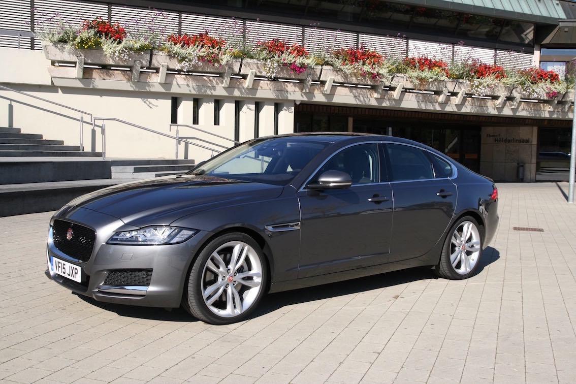 Jaguar XF 2016 grau seitlich vorne