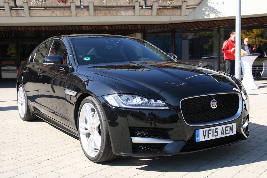 Jaguar XF 2016 schwarz vorne seitlich