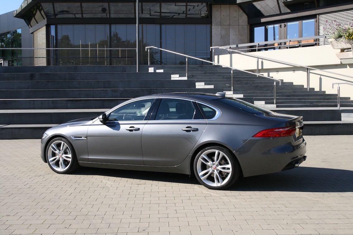 Jaguar XF 2016 silber grau seitlich hinten