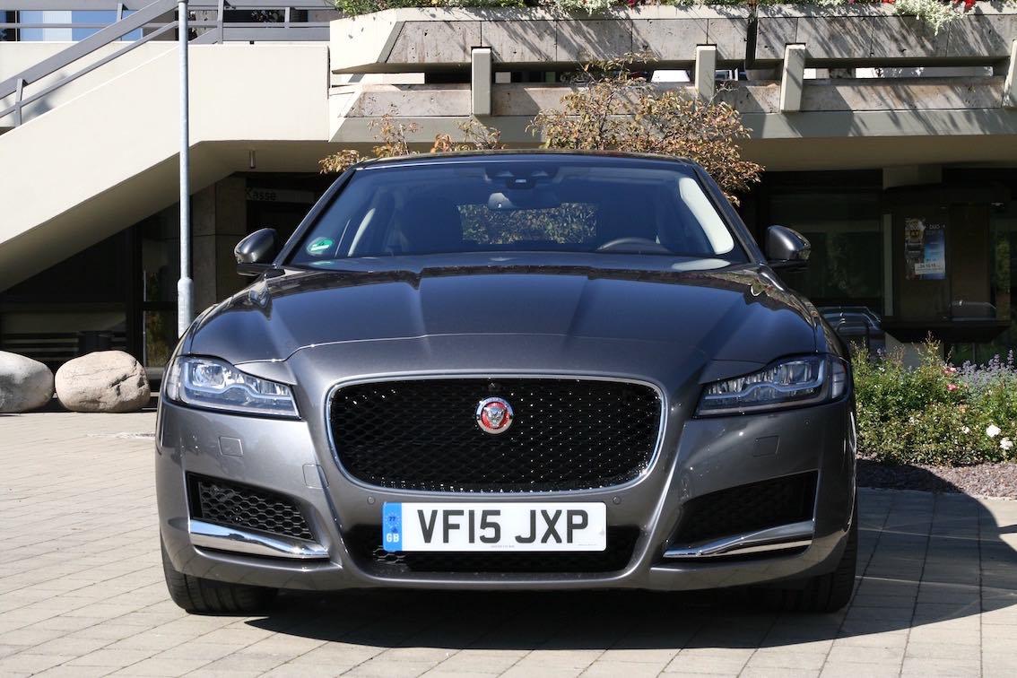 Jaguar XF 2016 vorne grau dunkel