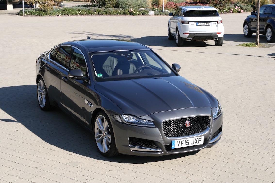 Jaguar XF 2016 vorne grau oben