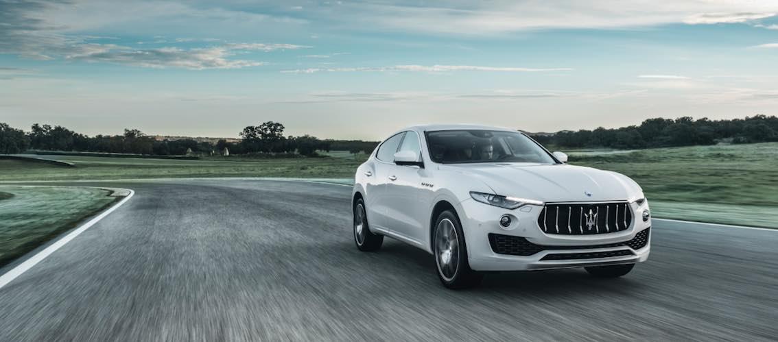 Maserati Levante weiß vorne Rennstrecke