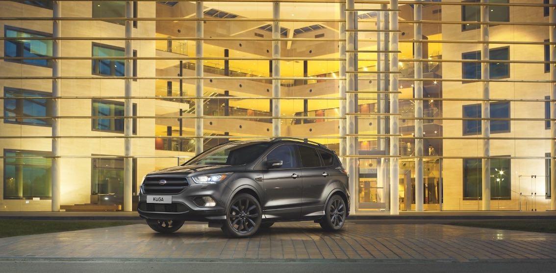 Ford Kuga 2017 schwarz seitlich