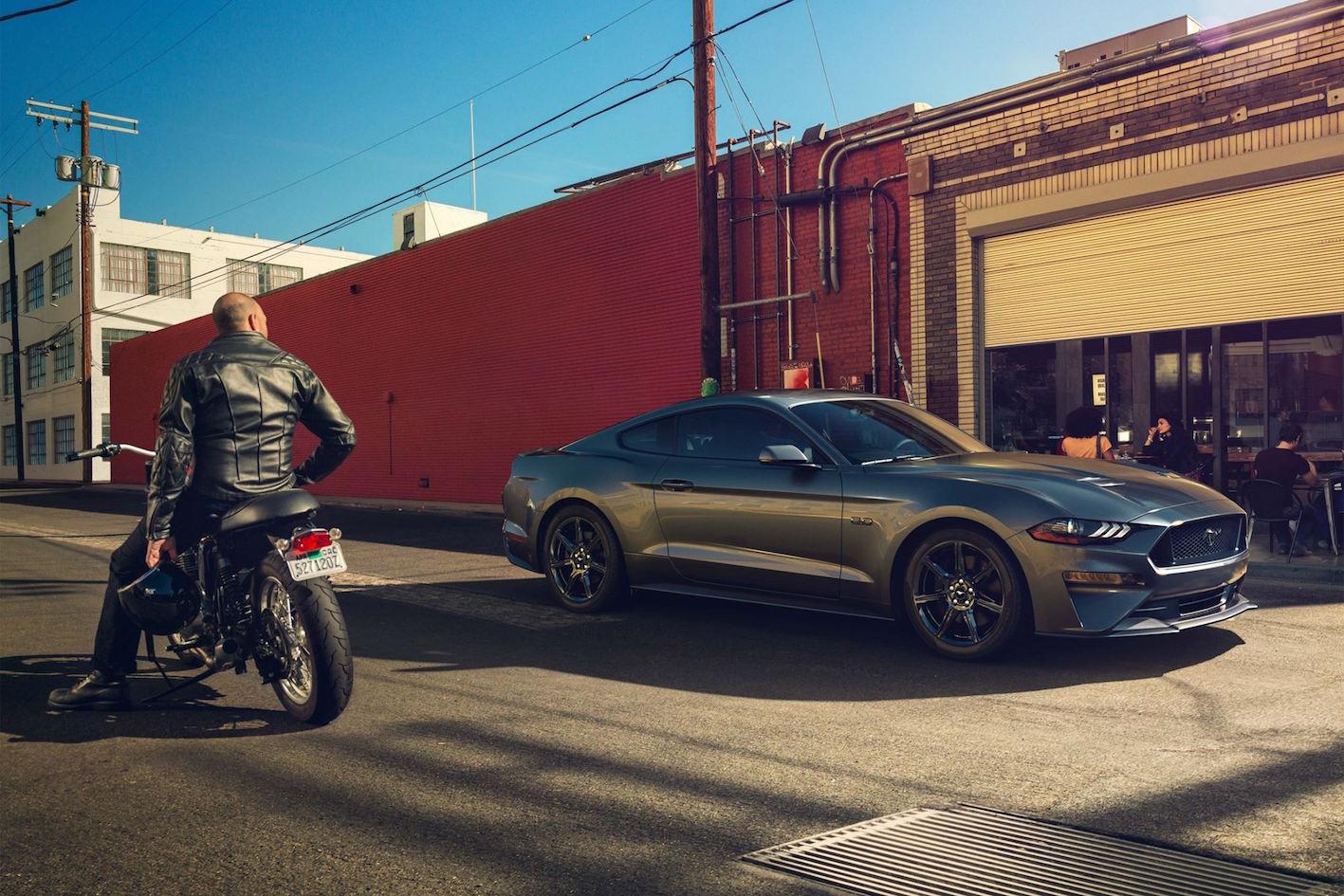 Ford Mustang 2018 grau seitlich