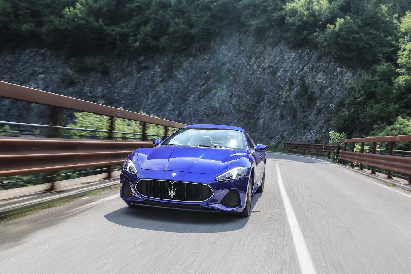 Maserati GranTurismo 2018 blau fahrt