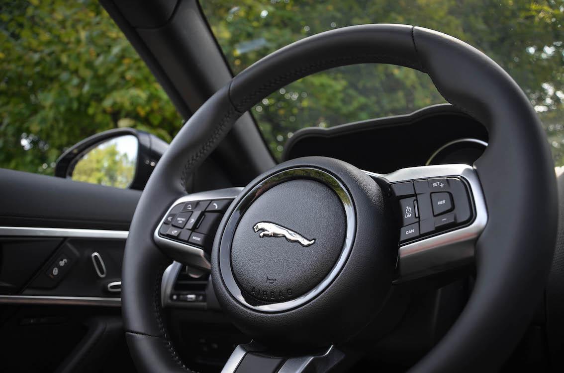 Jaguar F-Type Schwarz Cabrio 2017
