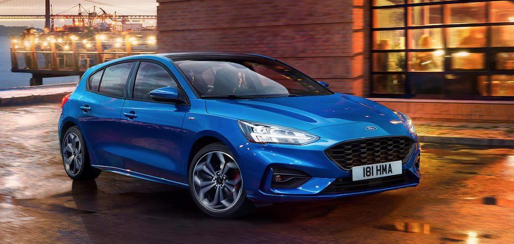 Ford Focus ST 2019 Blau mit Frau fahrend