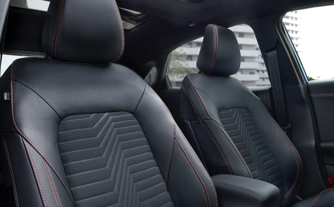 Ford Puma Sitze schwarz mit roten Ziernähten