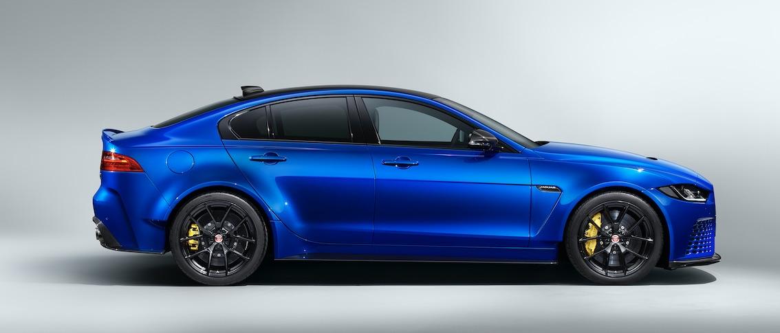 Jaguar XE SV Project 8 Limousine Blau