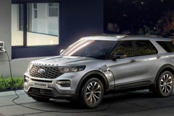 Ford Explorer 2020 silber Hybrid vor Haustüre